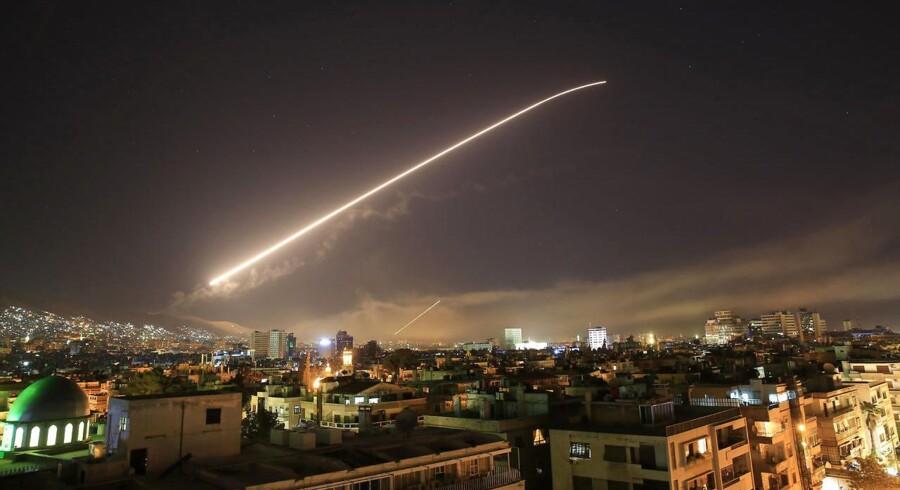 Missiler lyser himlen over Damaskus op natten til lørdag, hvor et koordineret angreb blev igangsat af USA, Storbritannien og Frankrig.