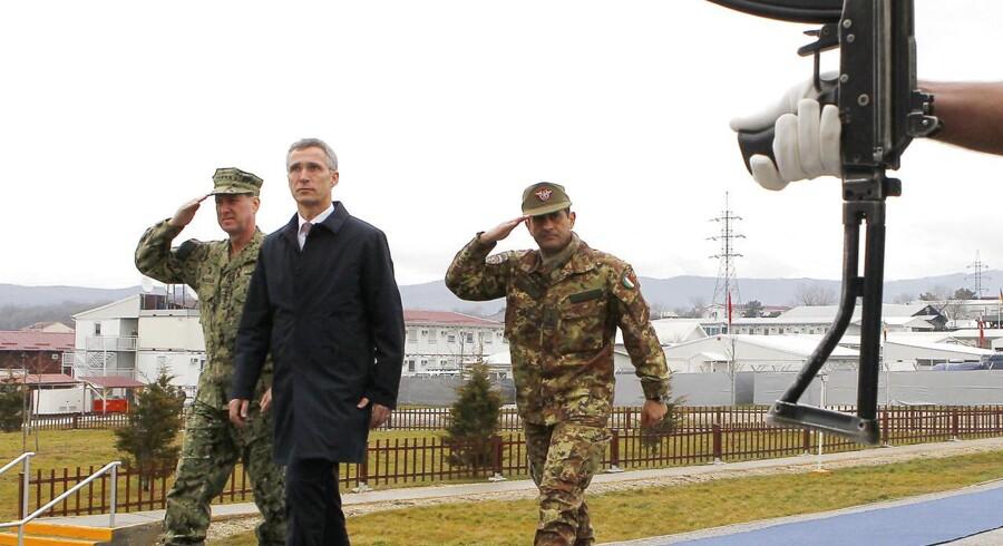 NATOs generalsekretær, Jens Stoltenberg, inspicerer NATO'S Kosovo styrker i Pristina – og tager den samme stramme mine på over for forsvarsalliancens medlemslande: Det er tid til at huske de afgivne løfter om at bruge flere penge på forsvaret. REUTERS/Hazir Reka