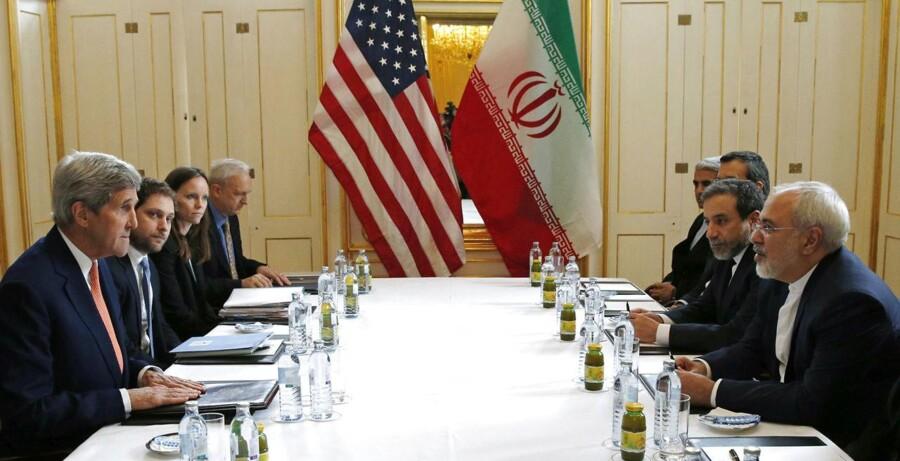 Arkivfoto: Januar 2016: John Kerry mødtes med den iranske Udenrigsminister Mohammad Javad Zarif i Østrig for at diskutere atomaftalen. (Kevin Lamarque/Pool Photo via AP, File)