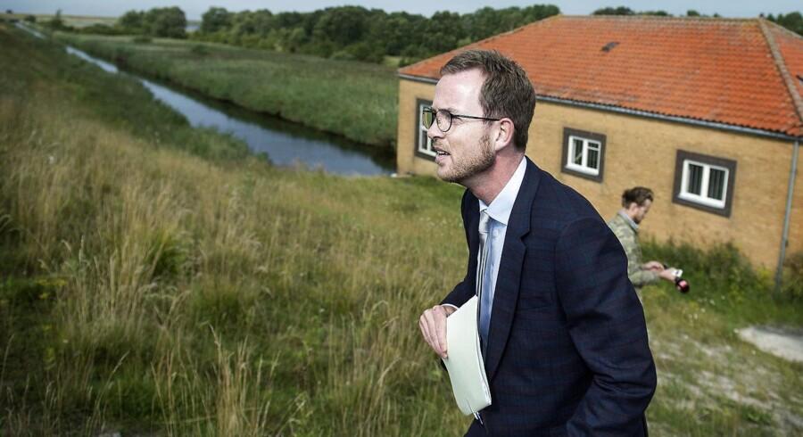 Miljø- og fødevareminister Esben Lunde Larsen indkaldes »omgående« til et samråd om sagen.