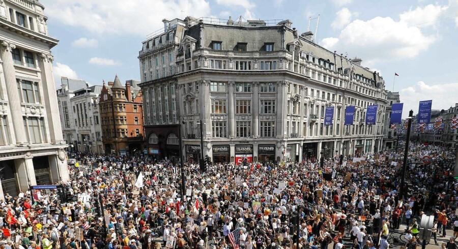 Tusinder af demonstranter på gaderne i London og i andre byer protesterer mod den amerikanske præsident, Donald Trumps besøg. PHOTO / Tolga AKMEN