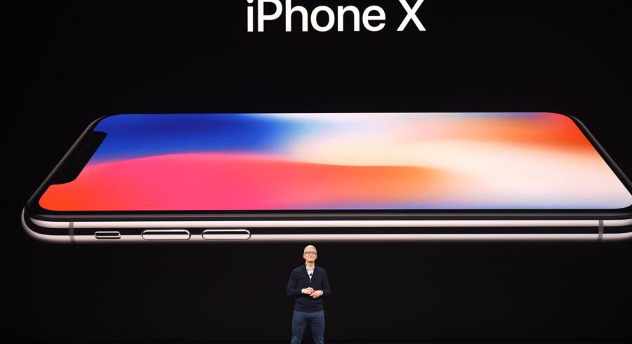 Apples administrerende direktør, Tim Cook, afviser, at iPhone X med en pris på 999 dollar - cirka 6160 kroner - er for dyr. Scanpix/Josh Edelson/arkiv
