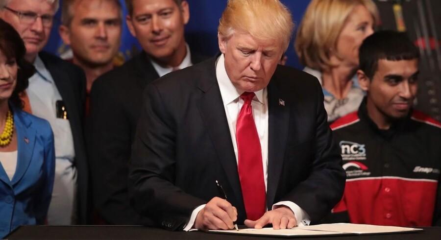 USA's præsident, Donald Trump, har tirsdag underskrevet en præsidentordre, som åbner for en stramning af de gældende visumregler for udenlandske arbejdere.
