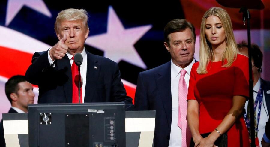 Paul Manafort har stået i kulissen bag tre tidligere præsidenter, og her står han i kulissen bag præsident Trump og Trumps datter, Ivanka.