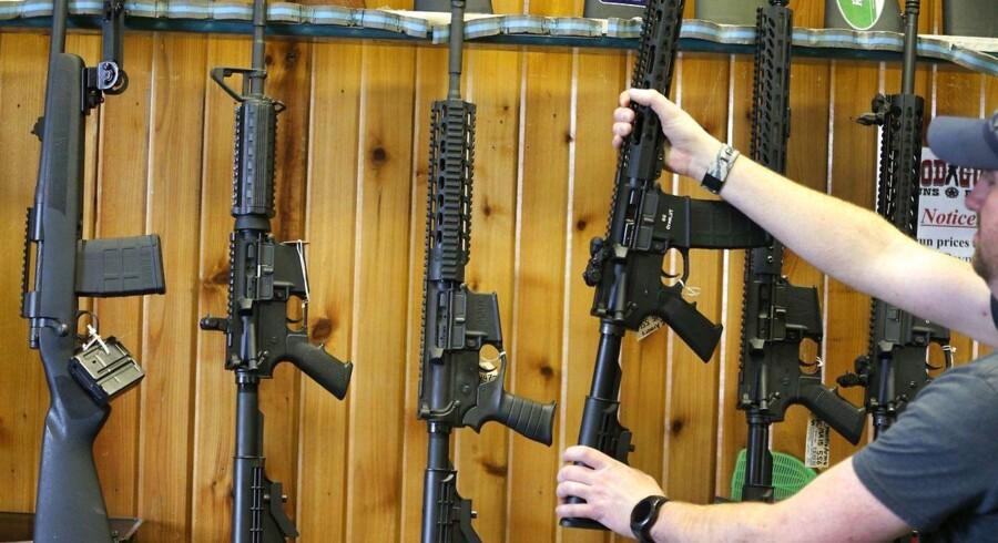 Semi-automatiske AR-15 rifler. En sådan riffel blev brugt ved skoleskyderier på Majory Stoneman Douglas High Schooll, hvor 17 mennesker blev dræb. Nu vil Florida stramme delstatens våbenlovgivning.
