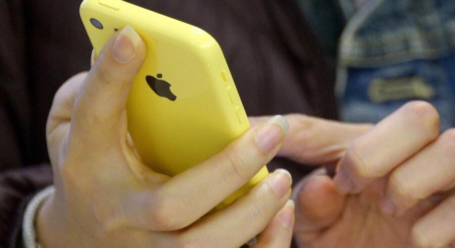 Apple har tidligere stået imod presset fra myndighederne om at få udleveret folks personlige data, som her med en beslaglagt iPhone 5C-telefon. Men mange anmodninger efterkommes, fordi de er velbegrundede, viser Apples opgørelse. Arkivfoto: Justin Lane, EPA/Scanpix