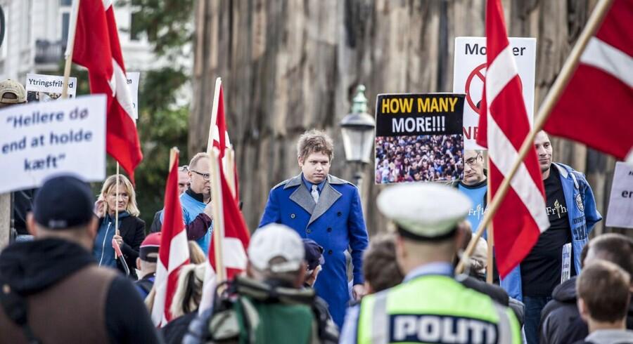 Rasmus Paludan, som i dag er tidligere medlem af Nye Borgerlige, holder tale ved en demonstration for For Frihed. Netop den tale fører til et sammenstød mellem ham og partiet.