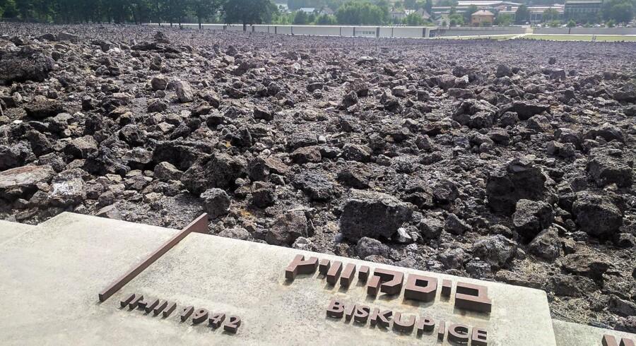 I forbindelse med en arkæologisk undersøgelse af Belzec-lejren, som blev udført frem til 2000, fandt man 33 massegrave på områddet.