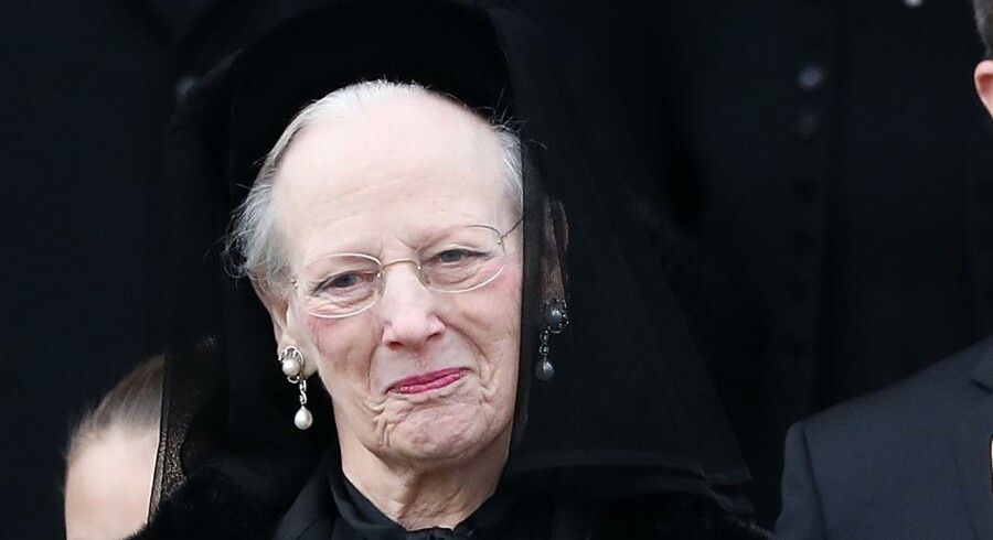 Dronning Margrethe ses her uden for kirken efter ceremonien.