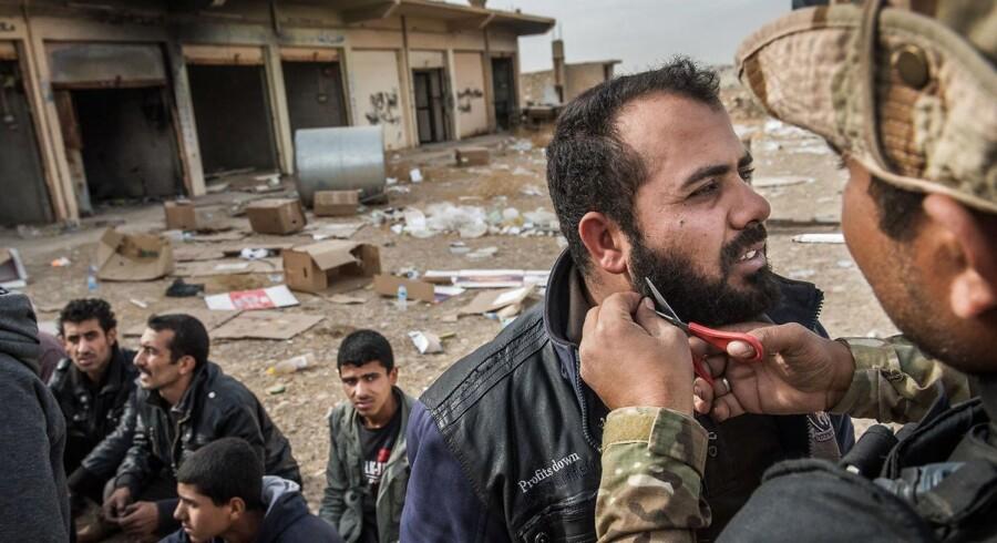 Stridighederne mellem Shia- og Sunnimuslimer blusser op i kampen os IS. Lige uden for Mosul tjekkes og kontrolleres mænd, der er flygtet fra IS. Alle mistænkes for at være spioner eller IS-jihadister, der gemmer sig i flygtningestrømmen. Enkelte hives op af de irakiske soldater for at få klippet deres skæg.