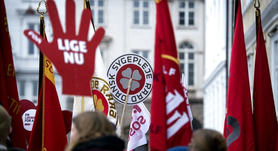 Røde faner foran Forligsinstitutionen tirsdag den 3 april 2018.. (Foto: Liselotte Sabroe/Ritzau Scanpix)
