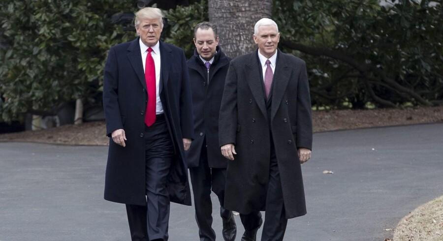 Arkivfoto. USA's vicepræsident, Mike Pence (t.h.), og stabschef i Det Hvide Hus Reince Priebus (i midten) har ikke givet op i planen om at erstatte sundhedsreformen Obamacare.