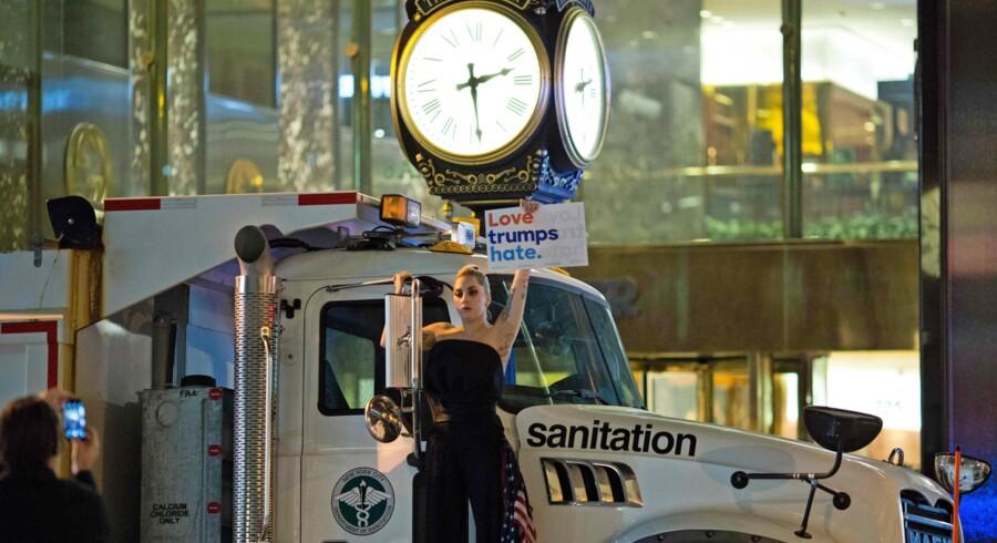 Sangerinden Lady Gaga gik direkte over i protestaktion mod Trump i nat fra en renovationsvogn i New York. Foto: Reuters