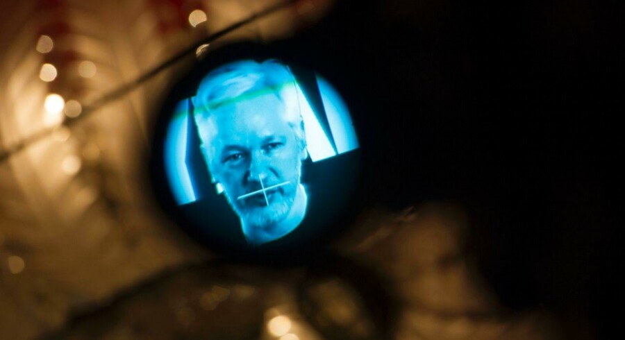 Julian Assange vil offentliggøre belastende mails lidt efter lidt over de næste 10 uger.