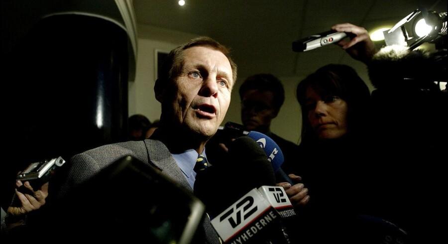 Forsvarsminister Svend Aage Jensby (V) trak sig fra sin post 23. april 2004. Her møder han pressen i Forsvarsministeriet for at meddele sin afsked.