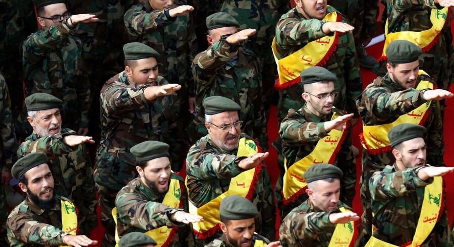 (FILES) Israel er villig til at dele efterretningsoplysninger med Saudi-Arabien for at bekæmpe Irans indflydelse i regionen. Her ses medlemmer af den libanesiske og iransk støttede Hizbollah-organisation ved en nylig begravelsesceremoni. 8. November 2017 / AFP PHOTO / Mahmoud ZAYYAT