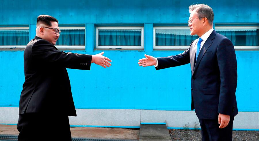 Nordkoreas leder Kim Jong Un mødes i et håndtryk med Sydkoreas præsident Moon Jae-in ved grænsen, mellem de to lande. I dag, fredag den 27. april, 2018 indgik landene en historisk fredsaftale, der afslutter Korea-krigen efter 65 år.