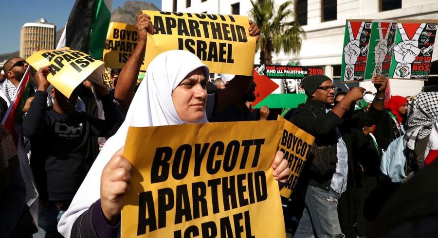 Sydafrikanske demonstranter protesterer mod drabene på palæstinenserne i Israel., May 15, 2018. REUTERS/Mike Hutchings