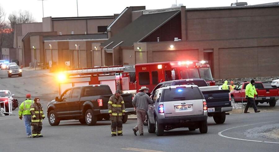 En 15-årig formodet gerningsmand er blevet anholdt efter et skoleskyderi på Marshall County High School i Benton, Kentucky, USA. To personer blev dræbt og 14 såret.