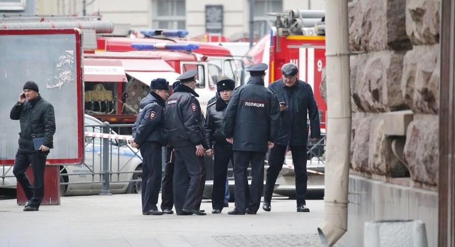 Dagen efter eksplosionen i Sankt Petersborg metro, der dræbte 14 personer, er to politimænd blevet dræbt i området omkring Astrakhan.