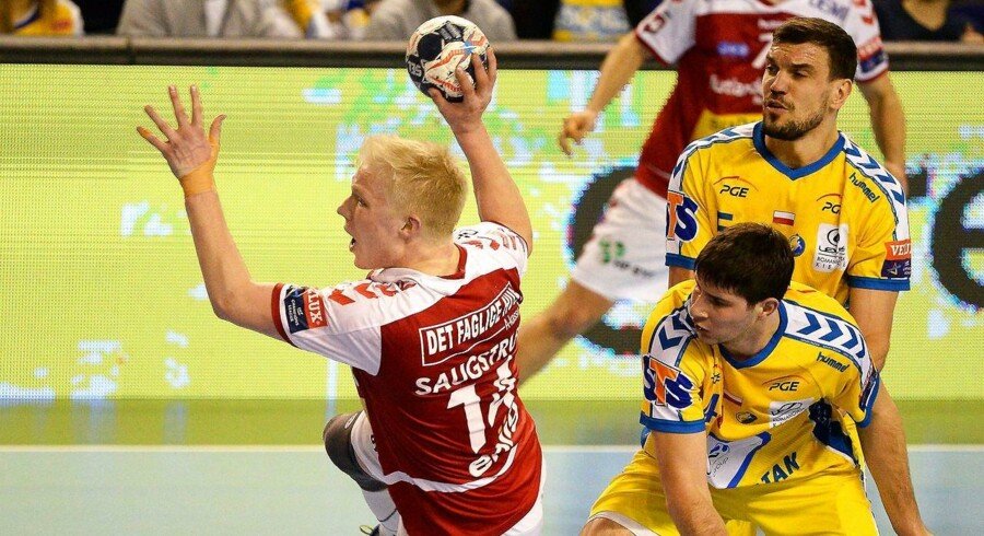 Magnus Jensen (tv) fra Aalborg i aktion mod polske Kielce-spillere Marko Mamic (midten) og Michal Jurecki (højre). EPA/PIOTR POLAK POLAND OUT