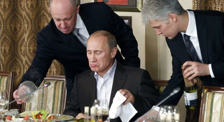 Jevgenij Prigosjin (t.v.) er blevet kaldt »Putins kok« og er blevet milliardær på at gå den russiske præsident til hånde i en række situationer, som kritikere karakteriserer som den mere lyssky slags. Foto: Misha Japaridze/AP