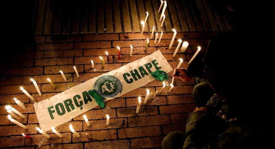Spontant opstået mindehøjtidelighed ved Nemesio Camacho Stadium i Bogota, Colombia, for de fodboldspillere fra holdet Chapecoense, der mistede livet i en flyulykke tirsdag.