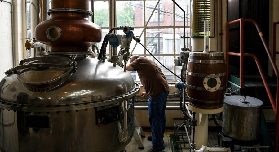 En amerikansk arbejder overvåger destilleringen af whiskey baseret på majs, også kendt som Bourbon, på Buffalo Trace Distillery i Frankfort, Kentucky. Amerikansk fremstillet bourbon bliver i løbet af få dage pålagt en told på 25 pct. ved import til EU. Foto: Bryan Woolston/REUTERS