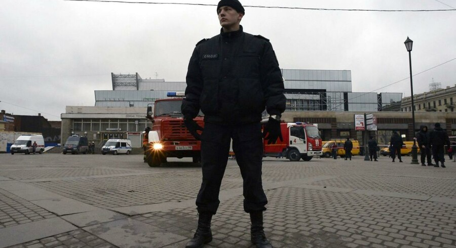 "A riot police officer guards the area next to the entrance to Sennaya Square metro station in Saint Petersburg on April 3, 2017. Russia's Investigative Committee said Monday it was probing a suspected ""act of terror"" after a blast in the Saint Petersburg metro killed about 10 people and injured dozens. / AFP PHOTO / Olga MALTSEVATorsdag eftermiddag, d. 6. april genlød en eksplosion igennem Sankt Petersborgs gader. Eksplosionen skete i et område som tidligere har været ransaget af det russiske politi, i forbindelse med selvmordsangrebet i den russiske metro, mandag d. 3. april. En politibetjent ses her holde vagt nær Sennaya-metrostationen."