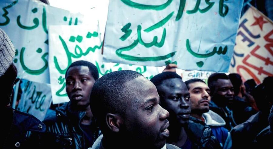 Migranter og lokale borgere i Napoli deltager i en antitrascistisk demonstration i Napoli. Antallet af flygtninge og migranter, der rejse til Europa, er faldende.