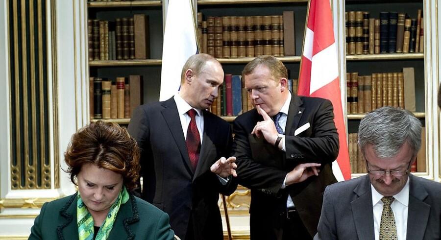 Den russiske premierminister, Vladimir Putin, er tirsdag den 26. april på besøg i Danmark. I den anledning blev der indgået aftaler imellem de to regeringer og repræsentanter for de to landes erhvervsliv underskrev en række samarbejdsaftaler inden for transport, energi, landbrug og det arktiske område.