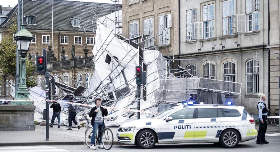 Heftigt stormvejr har fået bugt med et stillads i Frederiksholms kanal.