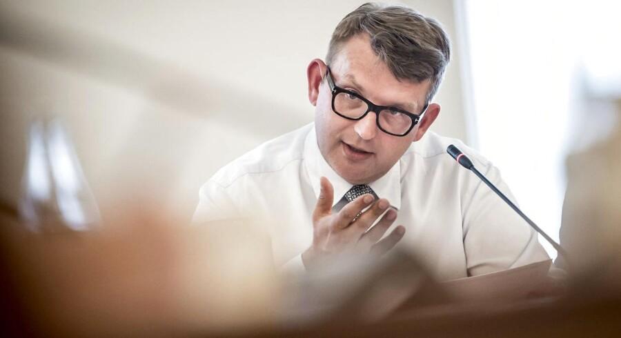 Beskæftigelsesminister Troels Lund Poulsen (V) kan ikke gøre mere i forhold til at afhjælpe manglen på arbejdskraft. FirmaPlus mener, at virksomhederne for eksempel kunne droppe fordommene og ansætte folk over 50 år.