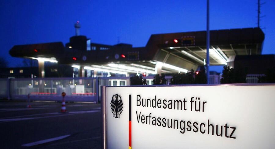 Tyske myndigheder har anholdt en 51-årig dobbeltagent, der planlagde et islamistisk attentat på efterretningstjenesten Verfassungsschutz' hovedkvarter i Köln.
