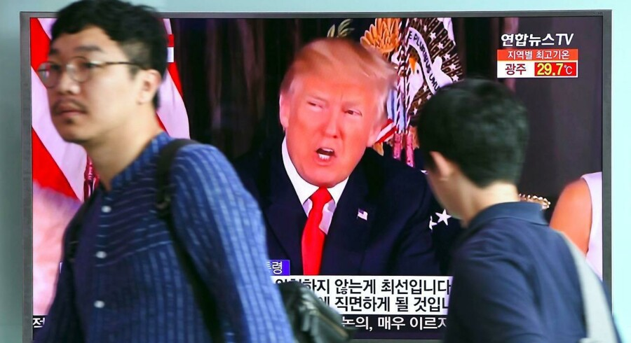 "RB PLUS: 09-08-2017, kl. 08.15 Trump truer Nordkorea med bål og brand Hvis Nordkorea fortsætter med at true USA, vil landet blive mødt med ""bål og brand"", siger Trump. Kort efter truede koreanerne med angreb på amerikansk base. People walk past a television screen showing US President Donald Trump at a railway station in Seoul on August 9, 2017. President Donald Trump issued an apocalyptic warning to North Korea on Tuesday, saying it faces ""fire and fury"" over its missile program, after US media reported Pyongyang has successfully miniaturized a nuclear warhead. / AFP PHOTO / JUNG Yeon-Je"