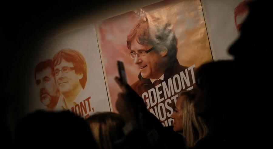 I Bruxelles er den catalanske separatistleder Carles Puigdemont mandag indkaldt til en afhøring vedrørende en udlevering til Spanien. Cataloniens afskedigede vicepræsident og tre andre separatistledere skal forblive i fængslet, mens deres rolle i regionens kamp for uafhængighed bliver efterforsket. Scanpix/Pau Barrena