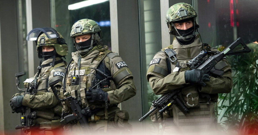epa05085108 Heavily armed members of the German police stand in front of the central railway station in Munich, Germany, 31 December 2015. After the evacuation of Munich's central railway station, German police remain on alert. Police are maintaining an increased presence in the Bavarian state capital on the morning of New Year's Day, a spokeswoman said. EPA/SVEN HOPPE