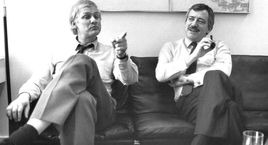 Som udenrigsminister i 1980erne måtte Uffe Elemann-Jensen ad flere omgange acceptere den såkaldtte fodnotepolitik. Her ses Ellemann sammen med den socialdemokratiske topopoltiker, nu afdøde, Svend Auken (tv). Arkivfoto