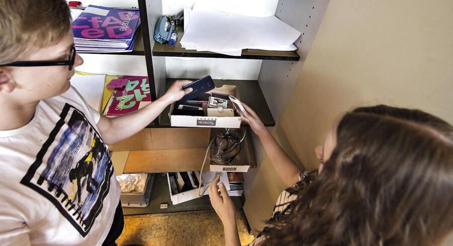 Ikke alle forældre synes, det er en god idé, at børnene skal aflevere mobiltelefonerne på skolen. Arkivfoto fra Grenå Skole, hvor en klasse gemt mobiltelefoner i et skab.