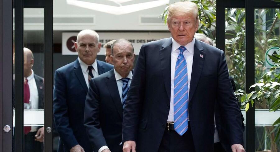 USAs præsident, Donald Trump, forlader misfornøjet G7-topmødet i Canada med sin direktør for det økonomiske råd, Larry Kudlow (midten), og sin stabschef for Det Hvide Hus, John Kelly (tv.).