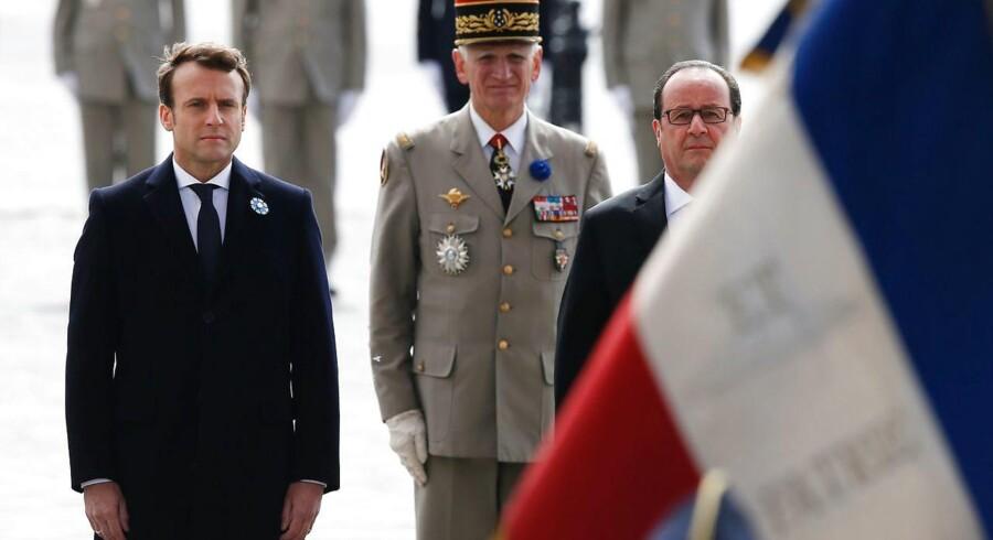 Emmanuel Macron ved sin første officielle optræden som kommende præsident - ved en mindehøjtidelighed mandag for Anden Verdenskrig - sammen med den nuværende præsident, Hollande, til højre.