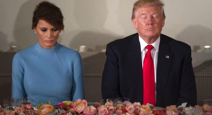Melania og Donald Trump - hun gør sit bedste, men hun har aldrig villet være førstedame, og hun er heller ikke videre interesseret i det. Derfor holder hun sig så meget væk, som hun kan, fortæller en ny artikel.