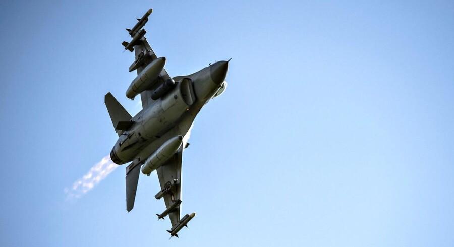 """Statsminister Lars Løkke Rasmussen besøgte fredag d. 25. august Fighter Wing Skrydstrup for at få et indblik i operationen """"Air Policing"""" i Baltikum . Her er der en demonstration af F16 . (foto: Henning Bagger / Scanpix2017)"""