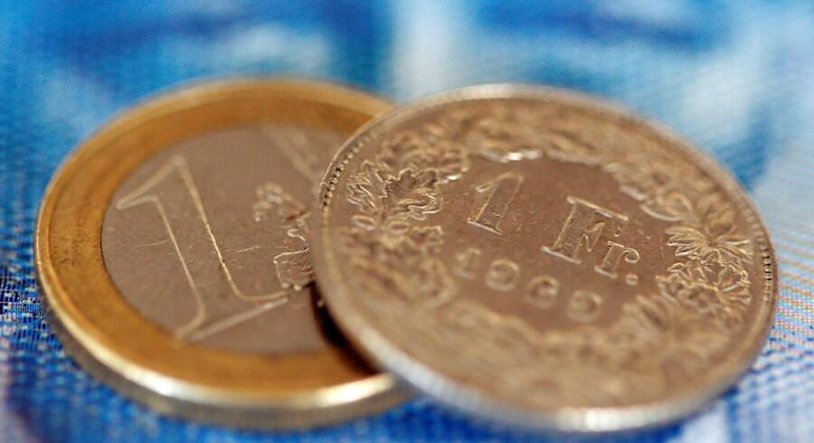 Flugten mod sikkerhed fortsætter på de internationale valutamarkeder fredag morgen. REUTERS/Christian Hartmann/File Photo