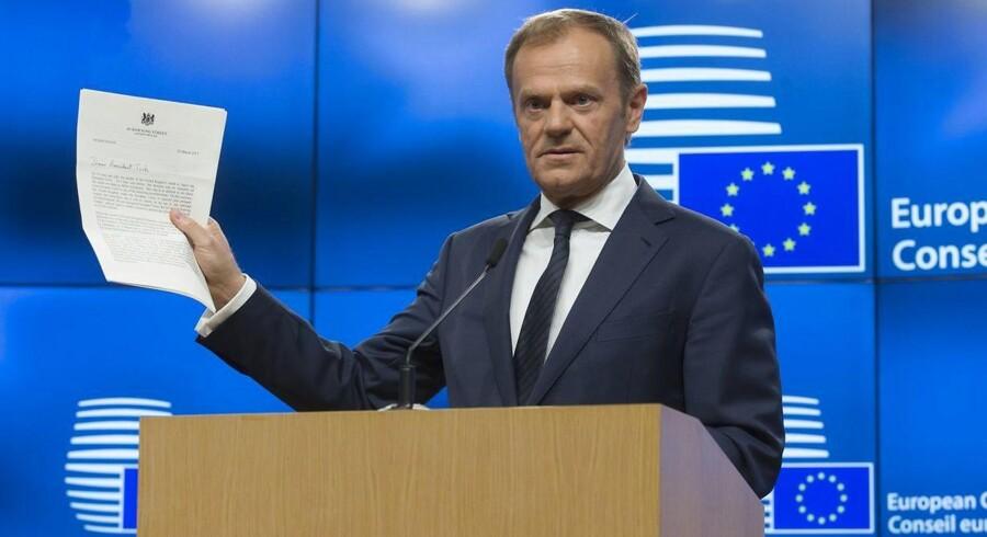Donald Tusk står med det officielle brev, hvor Storbritannien har meldt sig ud af EU.