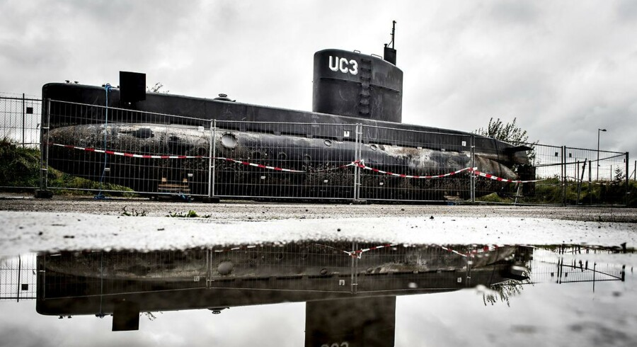 (ARKIV) Peter Madsen's ubåd UC3 Nautilus er i politiets varetægt og står bag hegn i Nordhavnen i København mandag den 11. september 2017. Nu skal den dækkes til med presenning.