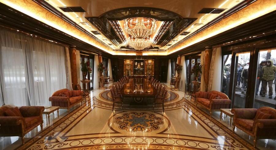 Berlingske tager på en grotesk rundtur i den ukrainske eks-diktators Viktor Janukovitjs forladte luksusvilla.