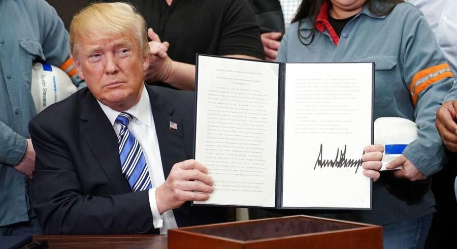 Den amerikanske præsident, Donald Trump, satte torsdag sin underskrift på bekendtgørelser om at indføre høje toldtakster på både stål og aluminium.