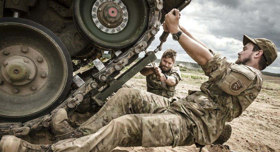 Den danske panserbataljon er på en stor international militærøvelse i Polen, som NATO står bag. Kampvogne skyder med skarpt, og samarbejdet landene imellem bliver skærpet. Den uofficielle baggrund for øvelsen er også at vise Vladimir Putin og Rusland, at de baltiske lande er bemandede med militær.