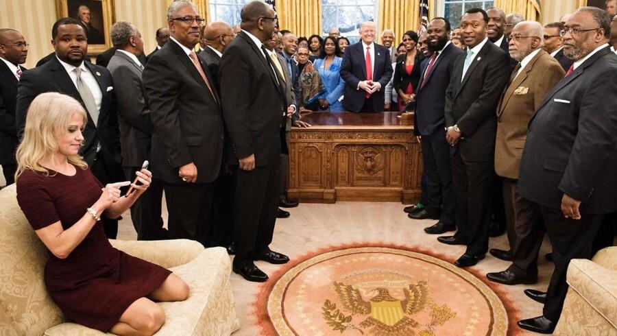 Ophavskvinden til begrebet »alternative fakta« er præsident Trumps rådgiver Kellyanne Conway, der her tjekker sin mobil under et møde med afroamerikanske universitetsledere i Det Ovale Værelse i Det Hvide Hus.